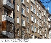 Шестиэтажный четырёхподъездный кирпичный жилой дом серии II-14. Построен в 1962 году. 13-я Парковая улица, 27 корпус 4. Район Северное Измайлово. Город Москва (2020 год). Стоковое фото, фотограф lana1501 / Фотобанк Лори