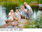 Gruppe glücklicher Senioren sitzt am See im Sommer mit einem Glas... Стоковое фото, фотограф Zoonar.com/Robert Kneschke / age Fotostock / Фотобанк Лори
