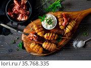 Gebackene Kartoffelspiralen am Spieß mit frischem Kräuterquark und... Стоковое фото, фотограф Zoonar.com/Karl Allgäuer / easy Fotostock / Фотобанк Лори