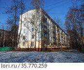 Пятиэтажный четырёхподъездный панельный жилой дом, типовой серии I-515 (модификация I-515/5). Построен в 1963 году. 15-я Парковая улица, 42, корпус 9. Район Северное Измайлово. Город Москва (2020 год). Стоковое фото, фотограф lana1501 / Фотобанк Лори