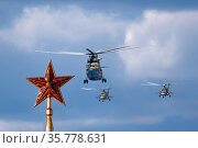 MOSCOW , RUSSIA, June 10, 2019: Ruby star on the spire of the Spasskaya Tower of the Moscow Kremlin on June 10, 2019 in Moscow, Russia. Редакционное фото, фотограф Фотограф / Фотобанк Лори