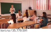 Female speaker giving lesson for university students in lecture hall. Стоковое видео, видеограф Яков Филимонов / Фотобанк Лори