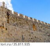 Walkway along the inside of one of the Ottoman walls of the Old City of Jerusalem; Israel (2014 год). Редакционное фото, агентство World History Archive / Фотобанк Лори