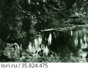 Indonesian female bathing in the lake Tkipanteneun. Редакционное фото, агентство World History Archive / Фотобанк Лори
