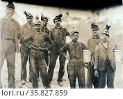 Drivers and Trappers Going Home: Barnesville Mine. Location: Fairmont, West Virginia. By Lewis Wickes Hine, 1874-1940, Published 1908. Редакционное фото, агентство World History Archive / Фотобанк Лори