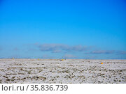 Weite Schneelandschaft mit stahlblauem Himmel und wenigen Wolken. Стоковое фото, фотограф Zoonar.com/Zoonar/J. Ehrlich / easy Fotostock / Фотобанк Лори