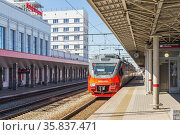 Suburban electric train arrives at the station in Nizhny Novgorod, Russia (2020 год). Стоковое фото, фотограф Дмитрий Тищенко / Фотобанк Лори