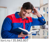 Man working in the postal warehouse. Стоковое фото, фотограф Elnur / Фотобанк Лори