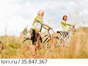 Zwei Senior Frauen machen zusammen einen Ausflug mit dem Rad in der... Стоковое фото, фотограф Zoonar.com/Robert Kneschke / age Fotostock / Фотобанк Лори