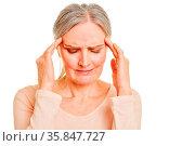 Alte Frau mit Kopfschmerzen hält ihre Hände an die Schläfen. Стоковое фото, фотограф Zoonar.com/Robert Kneschke / age Fotostock / Фотобанк Лори