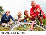 Senioren als Freunde machen eine Pause in der Natur auf ihrer Radwanderung. Стоковое фото, фотограф Zoonar.com/Robert Kneschke / age Fotostock / Фотобанк Лори