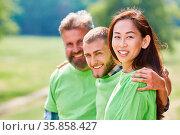 Erfolgreiches Team Umweltschützer und Aktivisten im grünen Shirt ... Стоковое фото, фотограф Zoonar.com/Robert Kneschke / age Fotostock / Фотобанк Лори