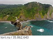 Steilküste am Golf von Biskaya gegenüber der Insel Gaztelugatxe bei... Стоковое фото, фотограф Zoonar.com/georg_A / age Fotostock / Фотобанк Лори