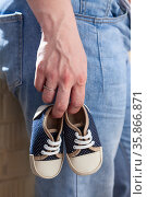 Small children shoes in female hand, close up view. Стоковое фото, фотограф Кекяляйнен Андрей / Фотобанк Лори