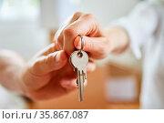 Hände von Paar halten Schlüssel zum neuen Haus nach dem Umzug. Стоковое фото, фотограф Zoonar.com/Robert Kneschke / age Fotostock / Фотобанк Лори