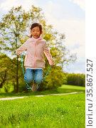 Asiatisches Mädchen beim Seil springen in den Ferien auf einer Sommer... Стоковое фото, фотограф Zoonar.com/Robert Kneschke / age Fotostock / Фотобанк Лори