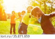 Gruppe Kinder beim Hände halten im Ferienlager im Sommer. Стоковое фото, фотограф Zoonar.com/Robert Kneschke / age Fotostock / Фотобанк Лори