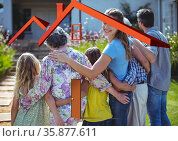 Computer generated house outline over a happy multigenerational family, family and housing concepts. Стоковое фото, агентство Wavebreak Media / Фотобанк Лори