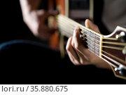 Man playing guitar. Стоковое фото, агентство Ingram Publishing / Фотобанк Лори
