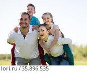 children riding their parents in the park. Стоковое фото, фотограф Татьяна Яцевич / Фотобанк Лори