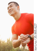 Muscular Man With Watch. Стоковое фото, агентство Ingram Publishing / Фотобанк Лори