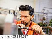 Mann in der Schlosser oder Metallarbeiter Ausbildung arbeitet in ... Стоковое фото, фотограф Zoonar.com/Robert Kneschke / age Fotostock / Фотобанк Лори