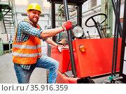 Junger Arbeiter als Lagerist bei Staplerfahrer Ausbildung in der ... Стоковое фото, фотограф Zoonar.com/Robert Kneschke / age Fotostock / Фотобанк Лори