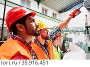 Bauarbeiter Team in der Lagerhalle einer Fabrik bei der Planung von... Стоковое фото, фотограф Zoonar.com/Robert Kneschke / age Fotostock / Фотобанк Лори