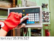 Arbeiter Hände bedienen Tastatur einer CNC-Maschine in der Werkstatt... Стоковое фото, фотограф Zoonar.com/Robert Kneschke / age Fotostock / Фотобанк Лори