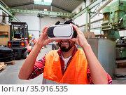 Arbeiter mit VR-Brille bei einer Simulation der Fabrik der Zukunft... Стоковое фото, фотограф Zoonar.com/Robert Kneschke / age Fotostock / Фотобанк Лори