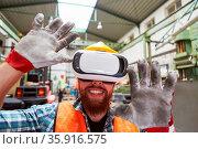 Arbeiter mit VR-Brille in einer Fabrik Halle bei der Visualisierung... Стоковое фото, фотограф Zoonar.com/Robert Kneschke / age Fotostock / Фотобанк Лори