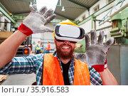 Arbeiter in einer Virtual Reality Simulation mit VR-Brille erforscht... Стоковое фото, фотограф Zoonar.com/Robert Kneschke / age Fotostock / Фотобанк Лори