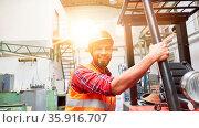Staplerfahrer in Ausbildung an Gabelstapler in Fabrik zur Metallverarbeitung. Стоковое фото, фотограф Zoonar.com/Robert Kneschke / age Fotostock / Фотобанк Лори