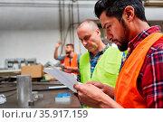 Zwei Arbeiter oder Handwerker planen einen Auftrag oder kontrollieren... Стоковое фото, фотограф Zoonar.com/Robert Kneschke / age Fotostock / Фотобанк Лори