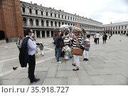 The return of tourists to Venice after the reopening of bars, restaurants... Редакционное фото, фотограф Mirco Toniolo / Errebi / AGF/Mirco Toniolo / Erreb / age Fotostock / Фотобанк Лори