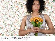 Woman holding lilies. Стоковое фото, фотограф Shannon Fagan / Ingram Publishing / Фотобанк Лори