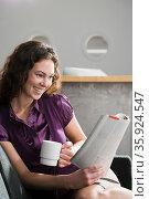 Office worker reading magazine. Стоковое фото, фотограф Shannon Fagan / Ingram Publishing / Фотобанк Лори
