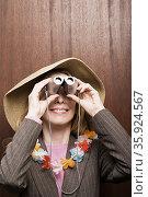Businesswoman looking through binoculars. Стоковое фото, фотограф Shannon Fagan / Ingram Publishing / Фотобанк Лори