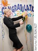 Businesswoman opening bottle of champagne. Стоковое фото, фотограф Shannon Fagan / Ingram Publishing / Фотобанк Лори