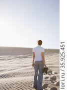 Woman in desert holding shoes. Стоковое фото, фотограф Shannon Fagan / Ingram Publishing / Фотобанк Лори