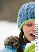 Young woman in snow. Стоковое фото, фотограф Shannon Fagan / Ingram Publishing / Фотобанк Лори