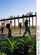 Photographers at U-Bein-Bridge, Amarapura, Myanmar. Стоковое фото, фотограф Zoonar.com/Lothar Steiner / age Fotostock / Фотобанк Лори