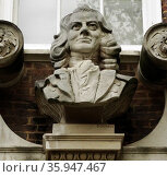 Stone bust of Thomas Coram above the entrance to the Foundling Museum in London (2013 год). Редакционное фото, агентство World History Archive / Фотобанк Лори
