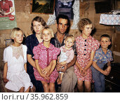 Jack Whinery and his family, homesteaders, Pie Town, New Mexico. Photographer, Lee Russell, 1903-1986, colour. Редакционное фото, агентство World History Archive / Фотобанк Лори