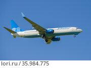 """Самолет Boeing 737-800 (VP-BFB ) авиакомпании """"Победа"""" на глиссаде в голубом безоблачном небе. Редакционное фото, фотограф Виктор Карасев / Фотобанк Лори"""