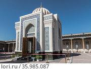 Hazret-Khizr mosque with the mausoleum of the first President of the Republic of Uzbekistan Islam Karimov. Samarkand, Uzbekistan (2019 год). Стоковое фото, фотограф Наталья Волкова / Фотобанк Лори