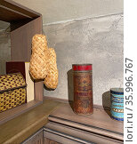 Плетеные лапти и старинные коробочки из-под конфет и какао. Музей хлеба, Серпухов. Редакционное фото, фотограф Мария Кылосова / Фотобанк Лори