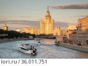 Вид на Москву-реку и высотку на Котельнической набережной. Облако зацепилось за шпиль. Редакционное фото, фотограф Наталья Николаева / Фотобанк Лори