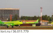 S7 Embraer 170 regional jet airliner departure (2020 год). Редакционное видео, видеограф Игорь Жоров / Фотобанк Лори