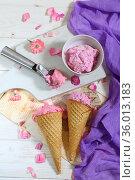 Мороженое и розы на белом фоне. Стоковое фото, фотограф Марина Володько / Фотобанк Лори